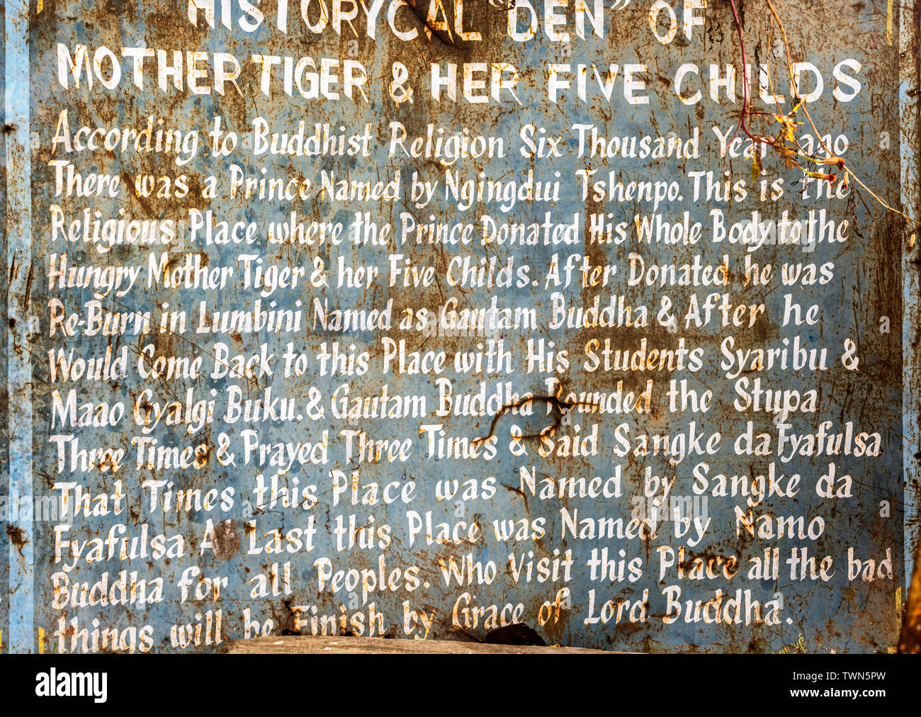 Ver la traducción para turistas de seis mil años de historia sobre el príncipe que dio su biody al hambriento tigre en Namo Buda templo, Nepal. Se construyó un Imagen De Stock