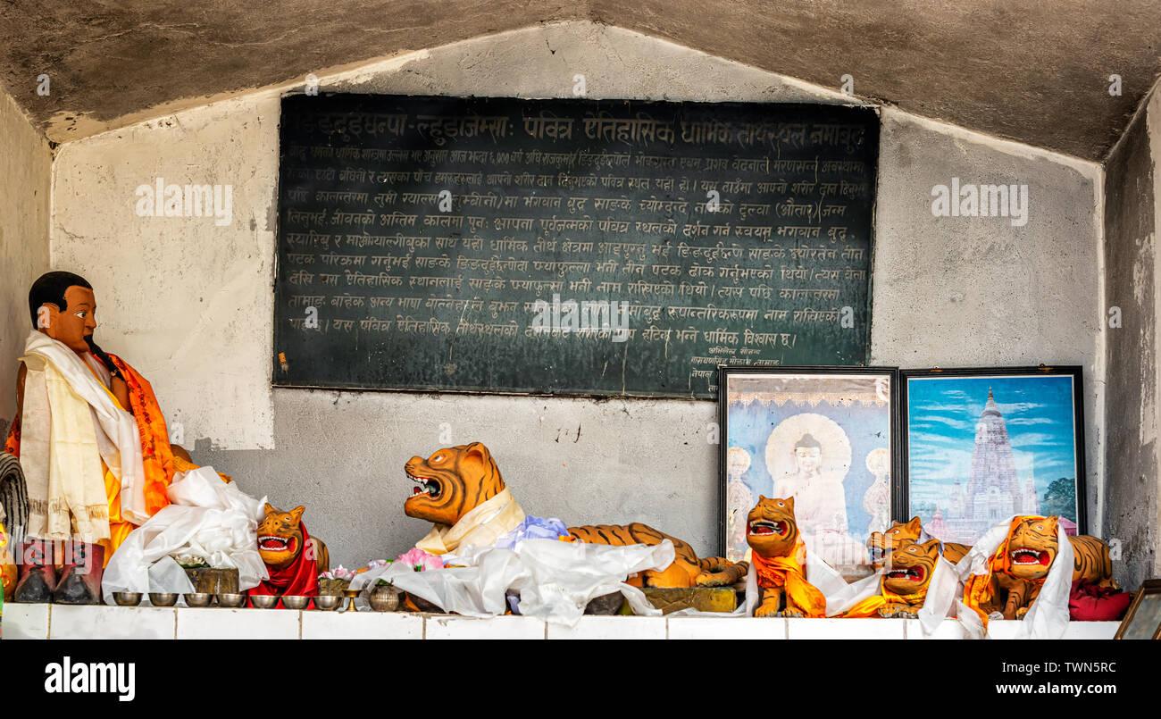 Namo Buddha, Nepal - Oct 19, 2018: el altar en el templo con la historia que se escribe sobre el príncipe que dio su cuerpo hambriento tigre, Nepal. Imagen De Stock