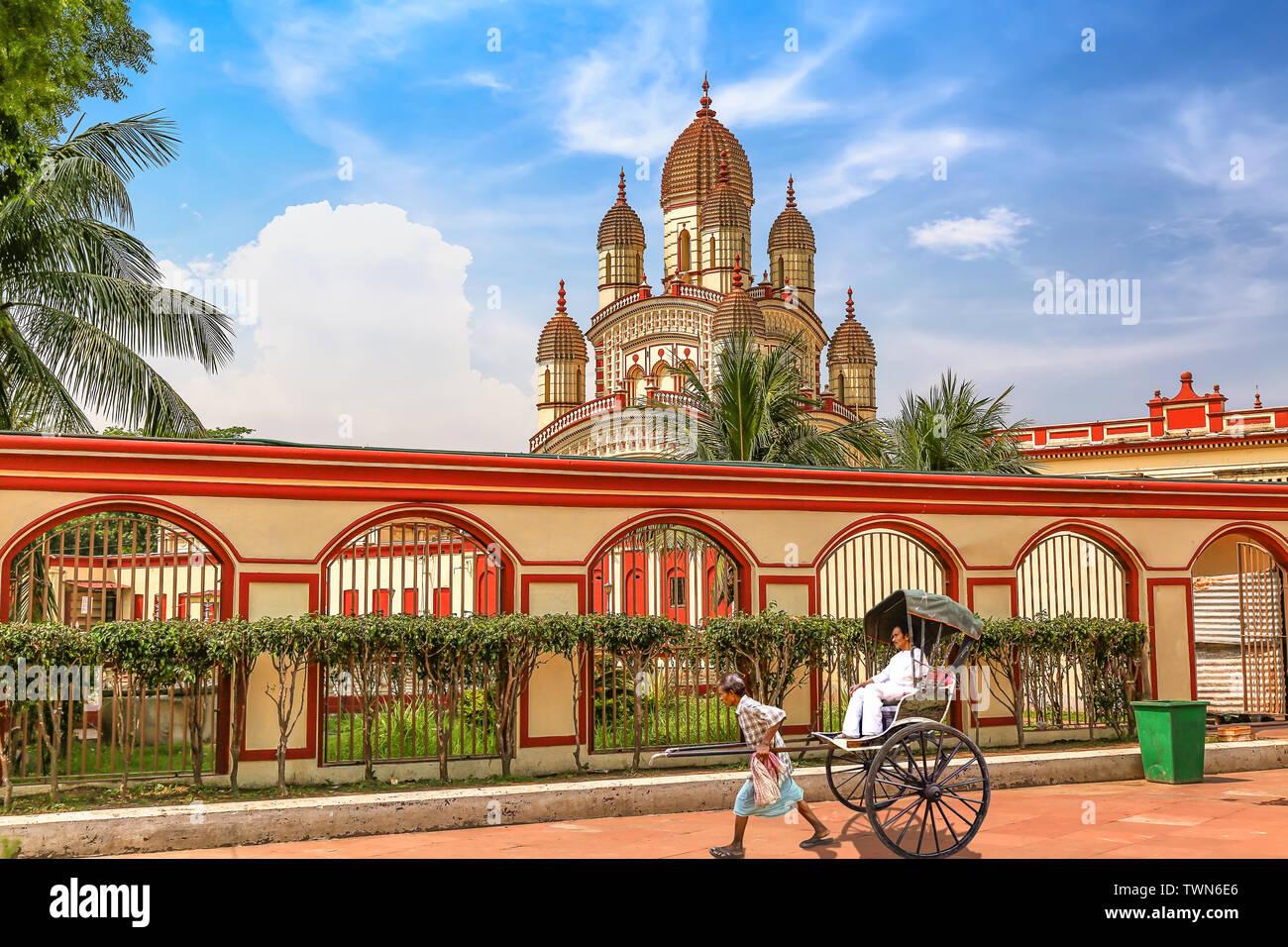 Histórico templo de Kali en Calcuta Dakshineshwar con vista de la mano de rickshaw tirado Foto de stock