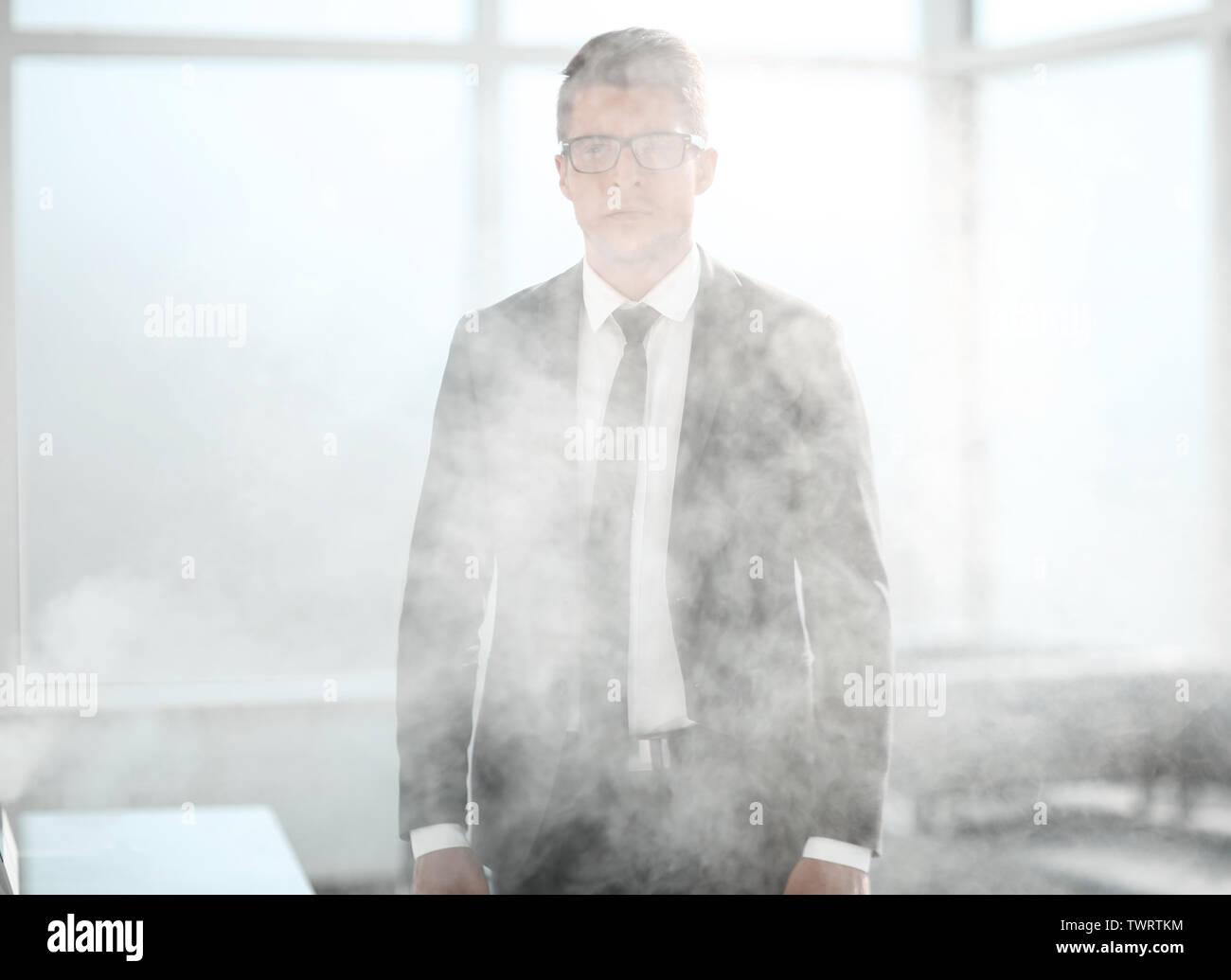 Joven empresario en una oficina ahumado Foto de stock