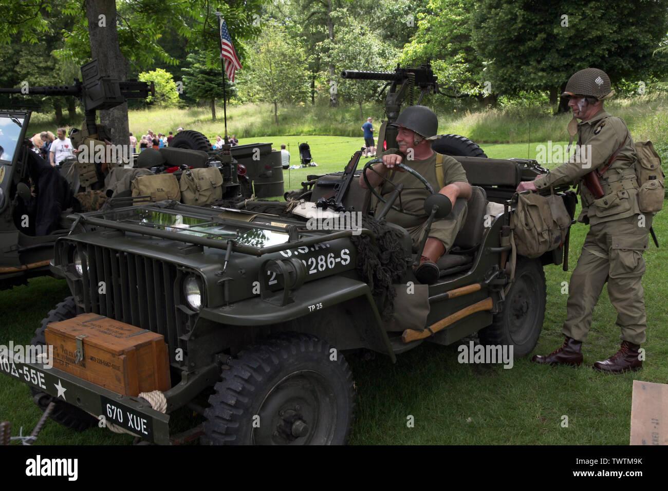 TP25 Miltary Jeep (Willy's Jeep) montado con ametralladora Browning M1919 y dos representaciones militares soldados estadounidenses Foto de stock