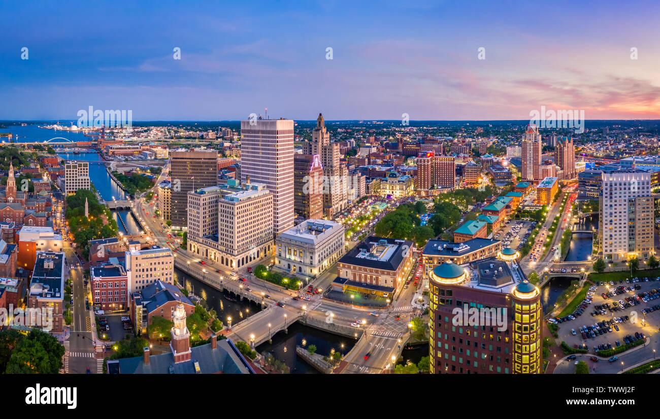 Panorama aéreo de Providence skyline al atardecer. Providencia es la ciudad capital del estado norteamericano de Rhode Island. Fundada en 1636, es una de las más antiguas Foto de stock
