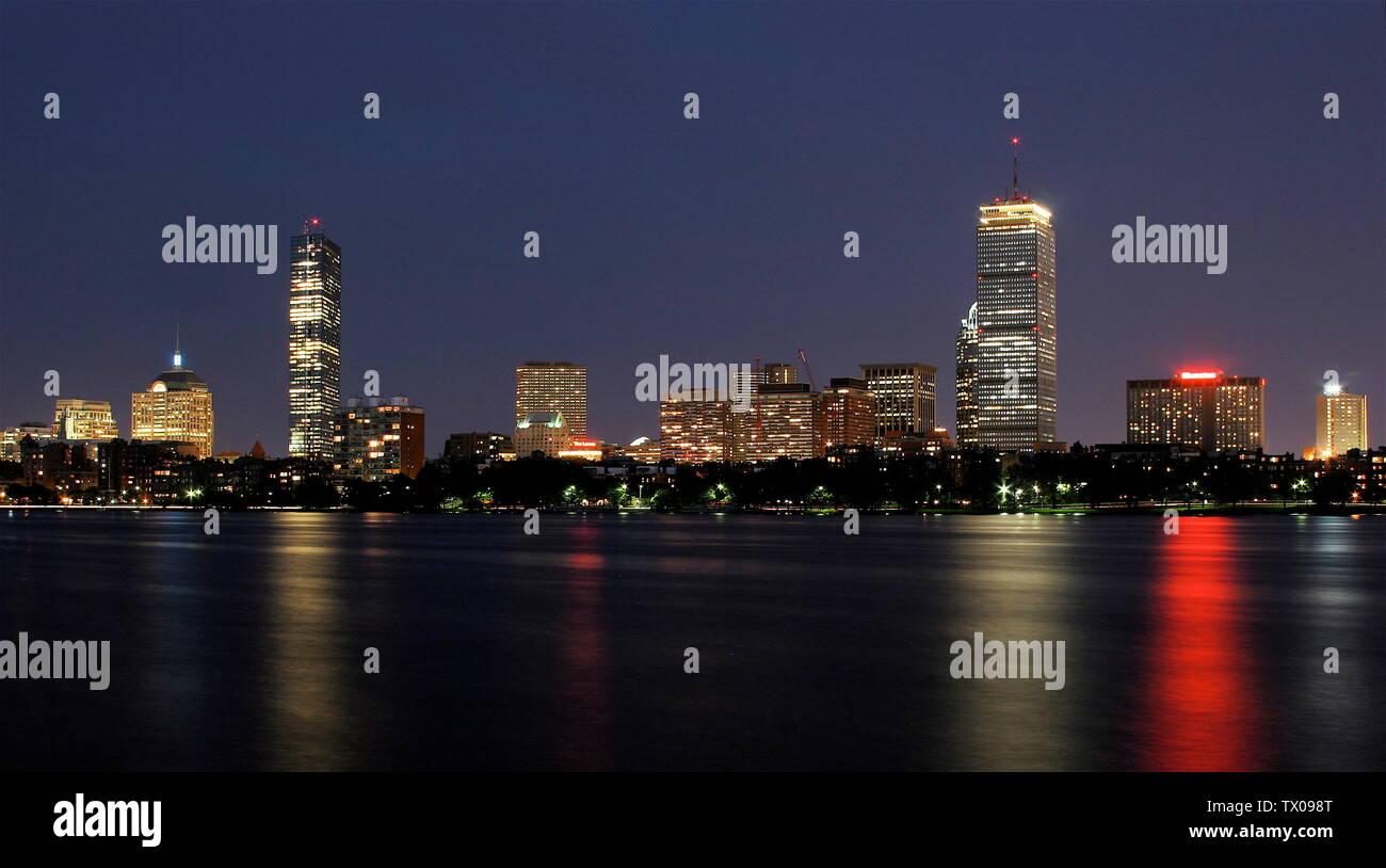 """""""Inglés: horizonte de Boston en la noche, tal como se ve desde el otro lado del río Charles, en Cambridge.; 20 de julio de 2006; el propio trabajo (título original: el propio trabajo); Archon Fung (Arfung en en.wikipedia); ' Imagen De Stock"""