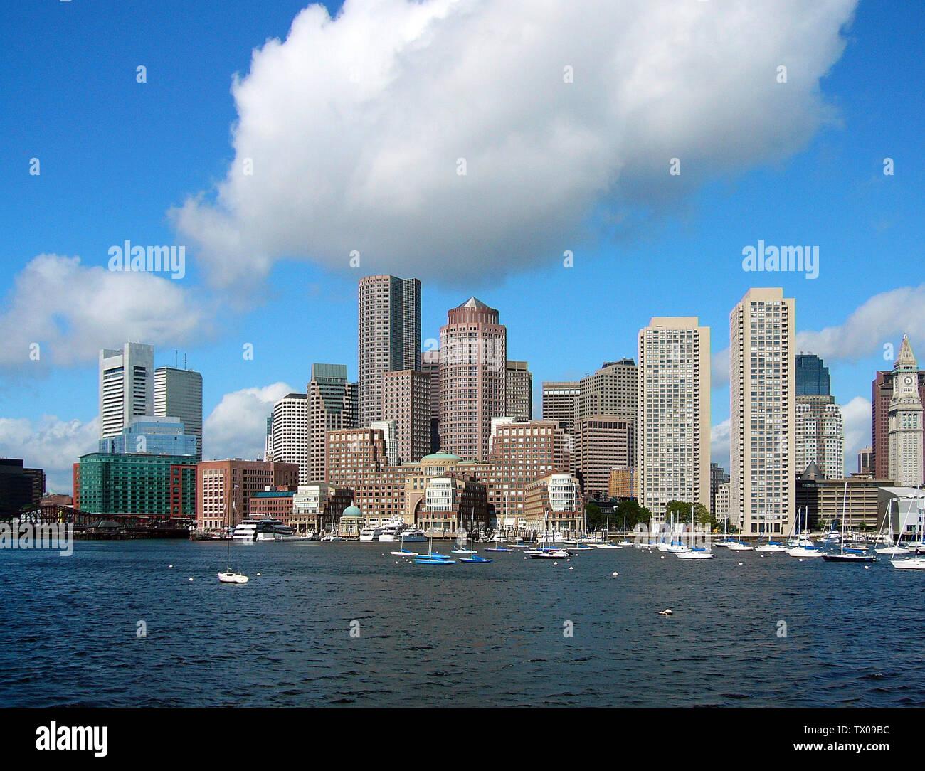 'Skyline de Boston. La imagen fue tomada desde un ferry de avistamiento de ballenas que partió desde el muelle del acuario. Es el lado oriental de la península de Boston.; 27 de junio de 2006; el propio trabajo; Nelson48 en la Wikipedia en inglés; ' Imagen De Stock