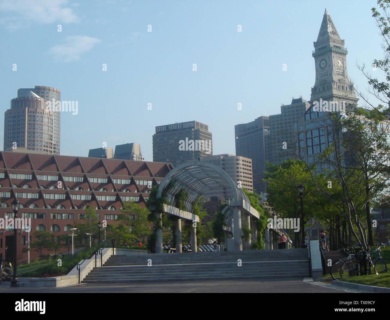 """""""Inglés: centro de Boston como se ve desde un muelle público. Tomada en 2005 por Andru Valpy; 5 de junio de 2005 (según los datos Exif); el propio trabajo por el uploader original; Usuario:Acela2038; ' Imagen De Stock"""
