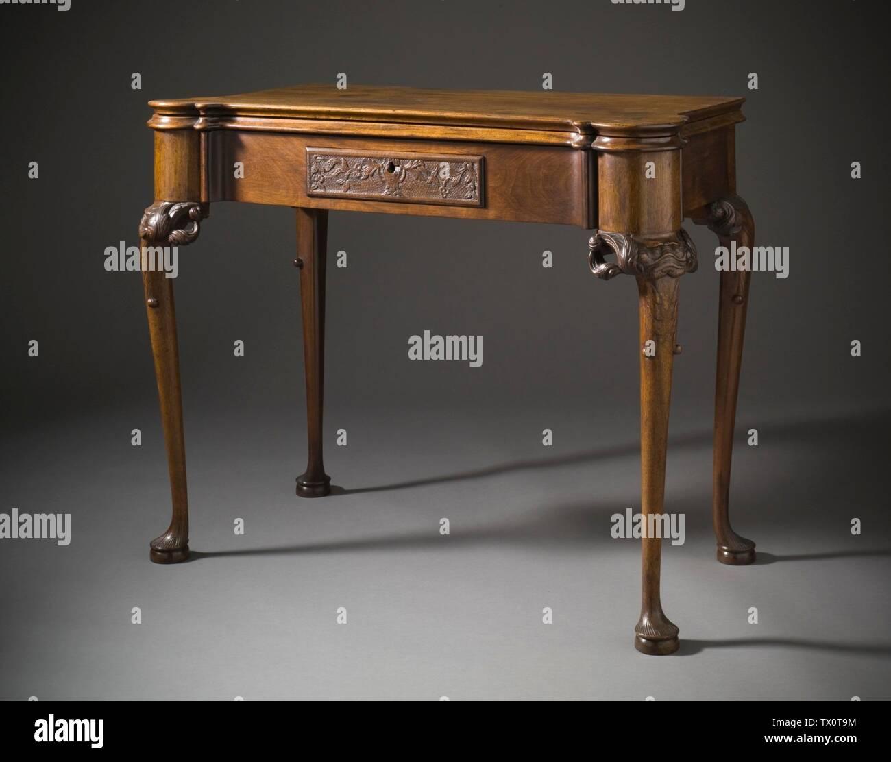 'Tarjeta de mesa con Mask-Carved rodillas (Imagen 2 de 4); en inglés: Estados Unidos, Massachusetts, Boston, circa 1750; muebles muebles de nogal, pinares con forro de tapete verde original 28 1/4 x 37 1/8 x 25 1/2 pulg. (71,76 x 94,30 x 64,77 cm) de regalo de la Sra. Murray Braunfeld (M.2006.51.2) Artes Decorativas y diseño; circa 1750 fecha QS:P571,+1750-00-00T00:00:00Z/9,P1480,Q5727902; ' Imagen De Stock