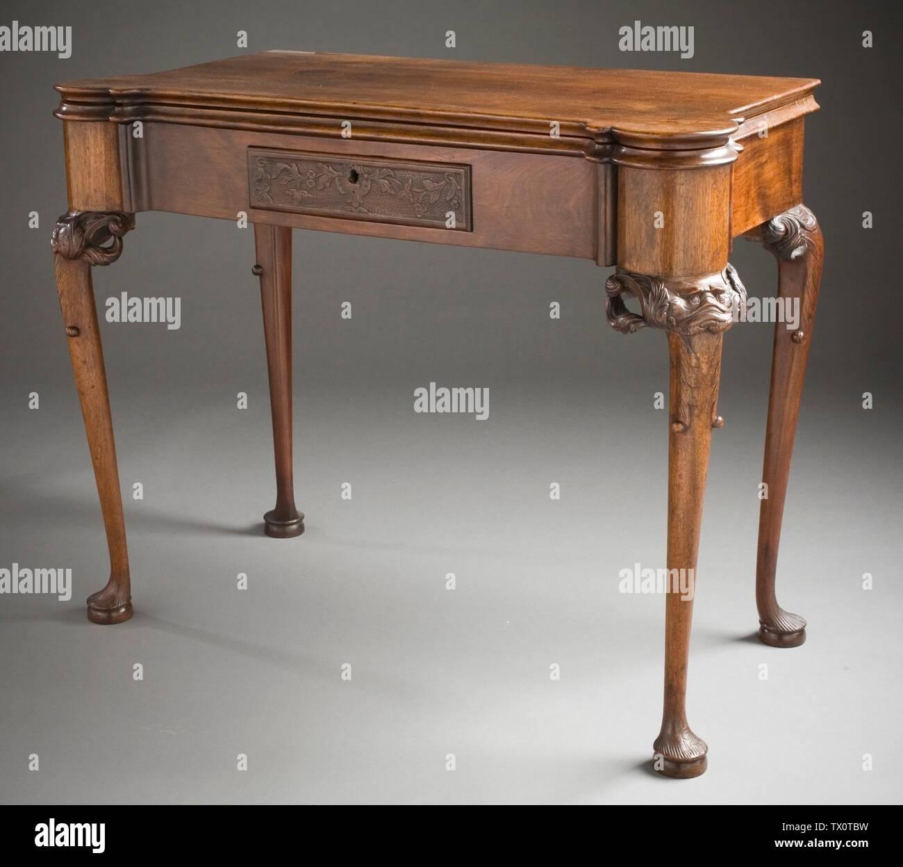 'Tarjeta de mesa con Mask-Carved rodillas (Imagen 1 de 4); en inglés: Estados Unidos, Massachusetts, Boston, circa 1750; muebles muebles de nogal, pinares con forro de tapete verde original 28 1/4 x 37 1/8 x 25 1/2 pulg. (71,76 x 94,30 x 64,77 cm) de regalo de la Sra. Murray Braunfeld (M.2006.51.2) Artes Decorativas y diseño; circa 1750 fecha QS:P571,+1750-00-00T00:00:00Z/9,P1480,Q5727902; ' Imagen De Stock