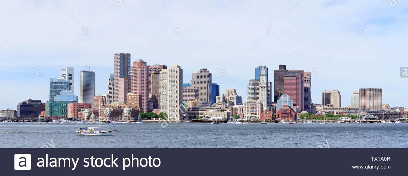 Boston Downtown skyline en la mañana con rascacielos urbano sobre el mar. Imagen De Stock