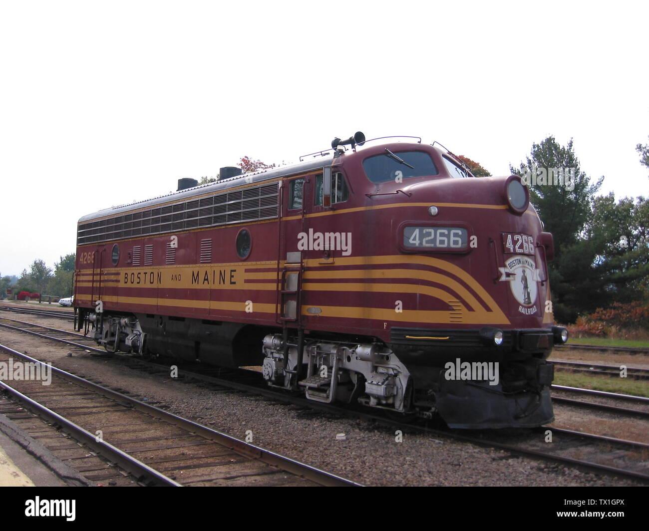 """""""Inglés: Conway Scenic Railroad, New Hampshire, Estados Unidos.#4266 EMD (F7A) construido en 1950 un ex-Boston y Maine arrendada a la unidad 470 Railroad Club de Portland, Maine. Esta locomotora sirve como alimentación de respaldo tanto para el valle de tren y el tren de muesca.; adoptadas el 20 de julio de 2009; el propio trabajo; ShajiA en Wikipedia Malayalam; ' Imagen De Stock"""