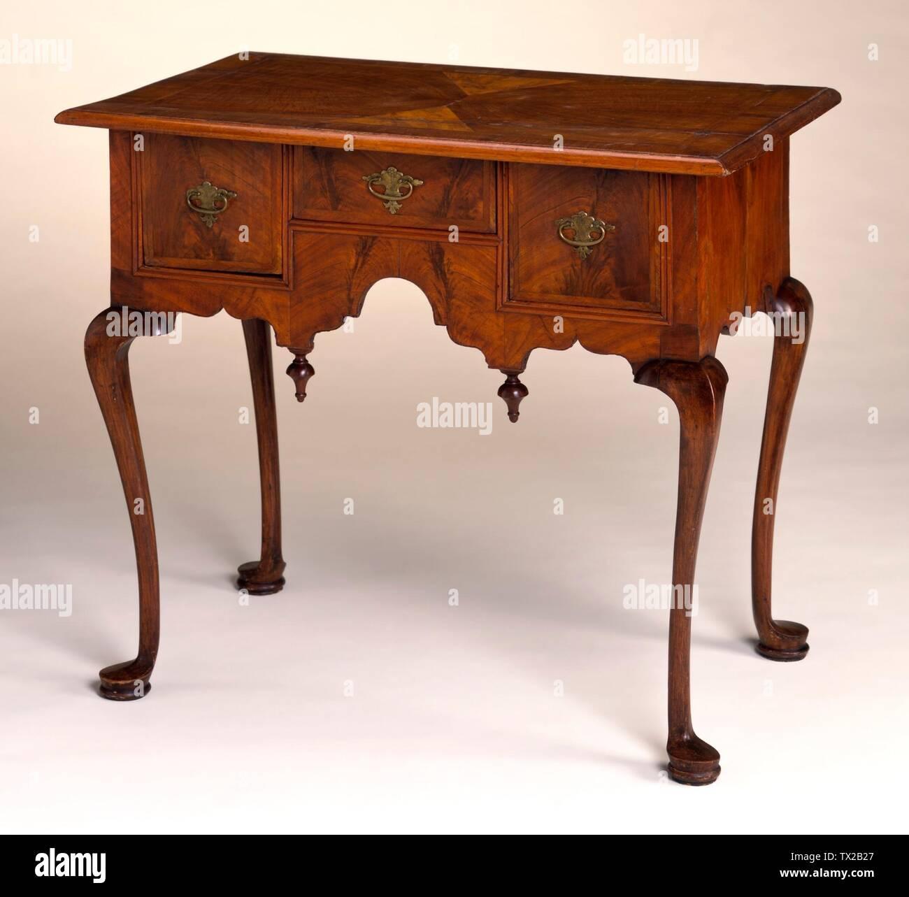 """""""Dressing Mesa con patas Cabriole terminando en pad pies; Inglés: Estados Unidos, Massachusetts, Boston, circa 1730-1750 Muebles; muebles de nogal, arce, pino de chapa 28 x 33 1/2 x 22 5/8 pulg. (71,12 x 93,81 x 57,47 cm) de regalo de la Sra. Murray Braunfeld (M.2006.51.1) Artes Decorativas y diseño; entre circa 1730 y circa 1750 fecha QS:P571,+1750-00-00T00:00:00Z/7,P1319,+1730-00-00T00:00:00Z/9,P1326,+1750-00-00T00:00:00Z/9,P1480,Q5727902; ' Imagen De Stock"""
