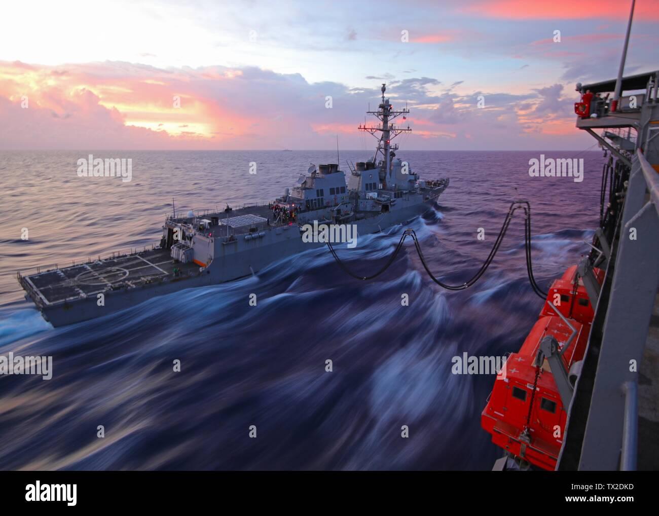 190612-Z-VQ827-1001 Mar de Filipinas (12 de junio de 2019) clase Arleigh Burke de misiles guiados destructor USS McCampbell (DDG 85) toma el combustible junto con el lubricador de reposición de flota USNS John Ericsson (T-AO 194) durante una reposición en el mar. Es McCampbell desplegadas a la séptima Flota de EE.UU. zona de operaciones en apoyo de la seguridad y la estabilidad en la región del Indo-Pacífico. (Foto por Nick Hall) Foto de stock