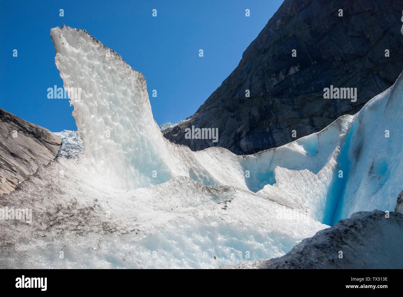 Pico de hielo sobre el glaciar Briksdal en un día soleado de verano en Noruega Foto de stock