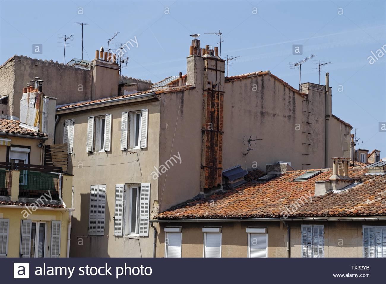 Foto de viejas casas y entrelazada, demuestra una clara falta de espacio en el centro de París. Imagen De Stock