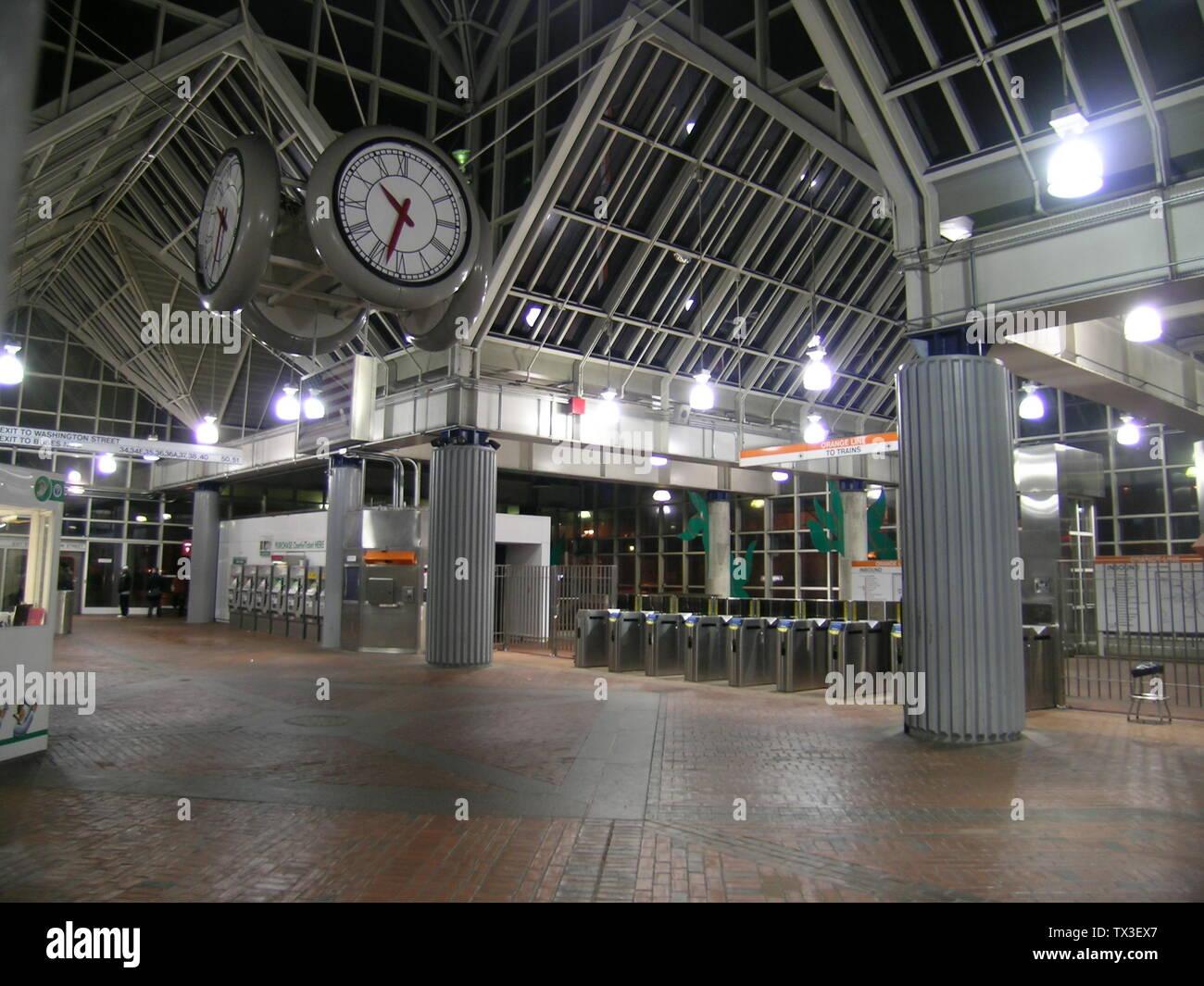 """""""Inglés: Interior de Forest Hills en la estación de la línea naranja y la MBTA Needham línea, ubicado en Forest Hills, Jamaica Plain, Boston; 4 de marzo de 2008; el propio trabajo; Juan Esteban Dwyer (Boston en Wikipedia en Inglés); ' Imagen De Stock"""