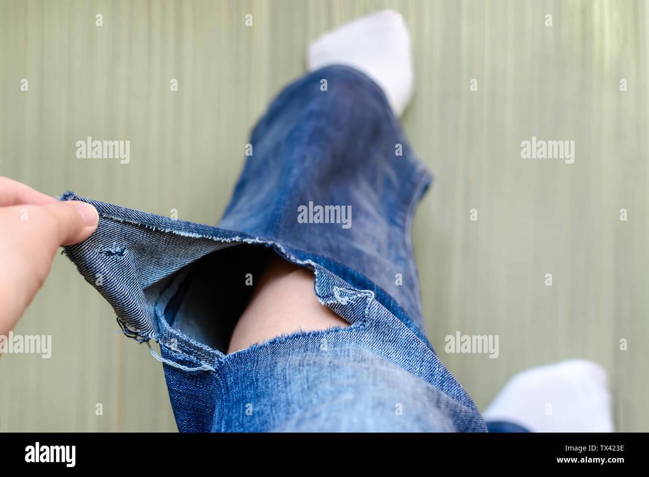 Mujer Mano Muestra Un Orificio En Un Par De Pantalones Vaqueros Mujer Vestida En Un Blue