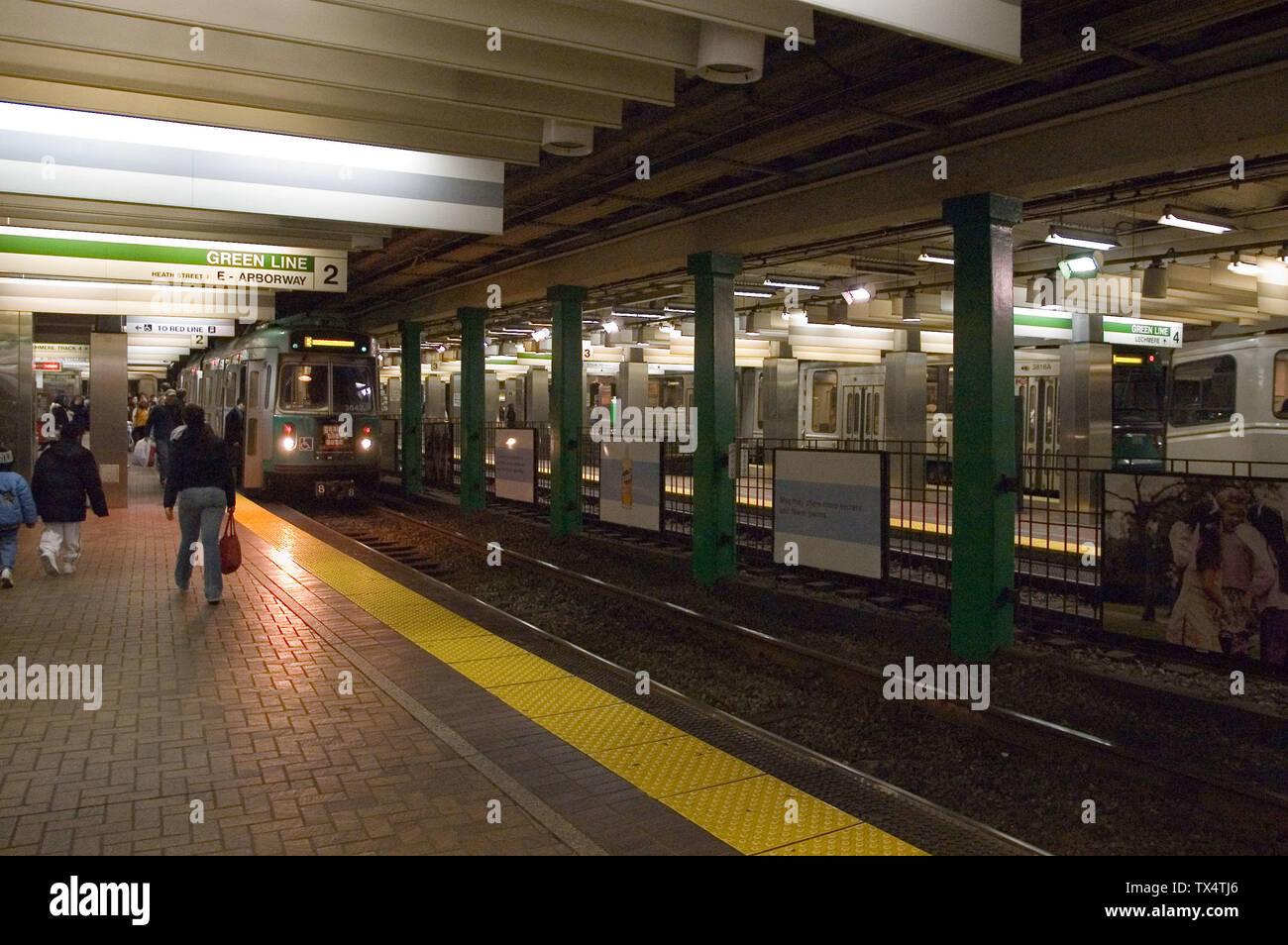 """""""Inglés: Dos trenes de la Línea Verde en Park Street. A la izquierda se ve una rama B dos coches tren a Boston College; el de la derecha es un tren entrante dirigido al gobierno central.; 11 de febrero de 2006; el propio trabajo; XB-70 en la Wikipedia en inglés; ' Imagen De Stock"""