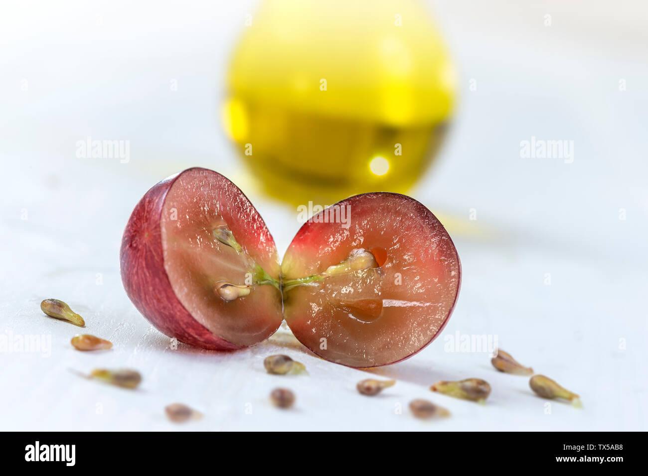 El aceite de semilla de uva : Extracto de semilla tiene propiedades antioxidantes y nutren la piel. Imagen De Stock