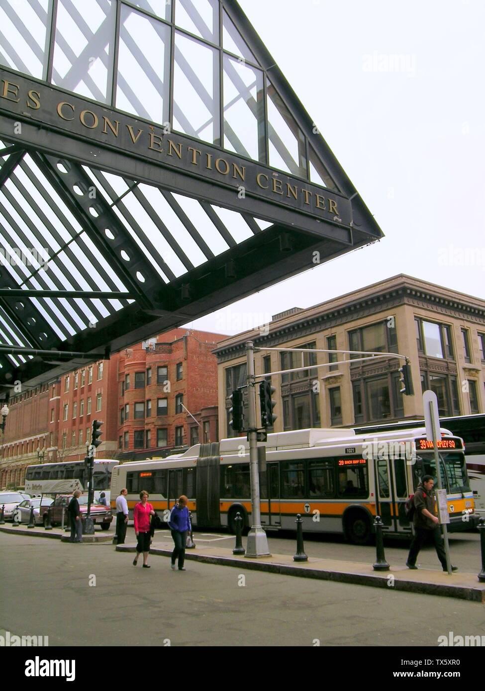 """""""Inglés: Centro de Convenciones Hynes dosel y un bus de la Ruta 39 en Back Bay, Boston, 25 de abril de 2008; el propio trabajo; Juan Esteban Dwyer (Boston en Wikipedia en Inglés); ' Imagen De Stock"""