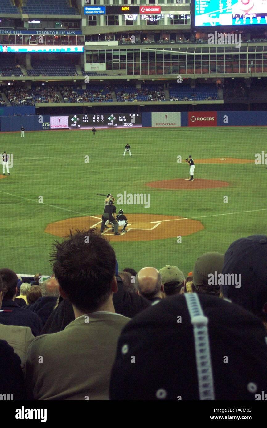 """""""Boston Red Sox al bate en el Rogers Centre contra los Blue Jays de Toronto el 23 de abril de 2006. Self-made foto, liberar a todos los humanos. 23:56, 23 de abril de 2006 . . Tykell . . 1440×2160 (863 KB); Commons UCinternational cargar por 04:55, 19 de diciembre de 2007 (UTC); de en.wikipedia; página descripción es (era) aquí; Usuario Tykell en en.wikipedia; ' Imagen De Stock"""