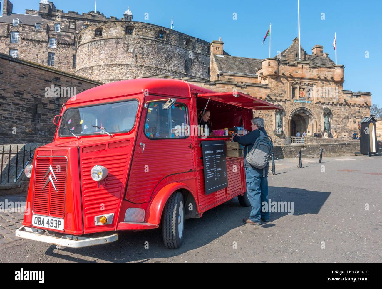 Rojo brillante vintage Citroën H van convierte a una salida de comida y bebida, con un cliente que se sirve, estacionado afuera del Castillo de Edimburgo, Escocia, Reino Unido. Foto de stock