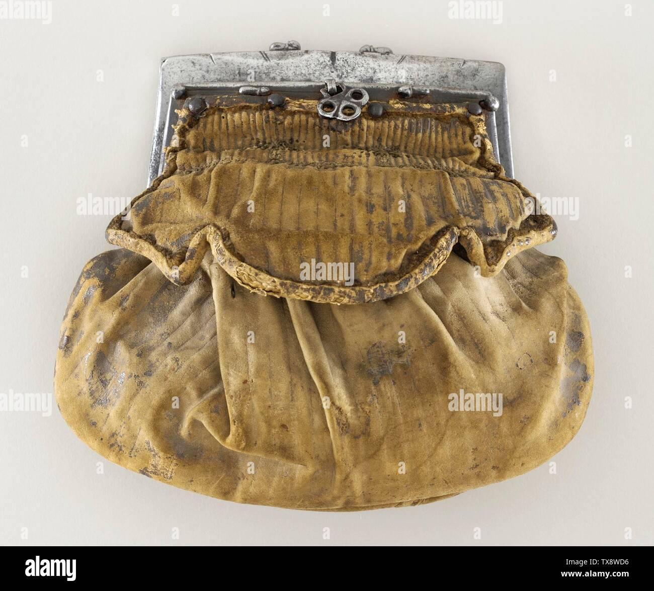 """""""La cartera; en inglés: España, circa 1580 trajes, accesorios de cuero, plata metálico, 8 1/4"""" x 6 1/2"""" x 3 1/2"""". (20.96 x 16,51 x 8,89 cm) de regalo de la Sra. Henry Salvatori (M.79.18) Vestuario y Textiles; circa 1580 fecha QS:P571,+1580-00-00T00:00:00Z/9,P1480,Q5727902; ' Imagen De Stock"""