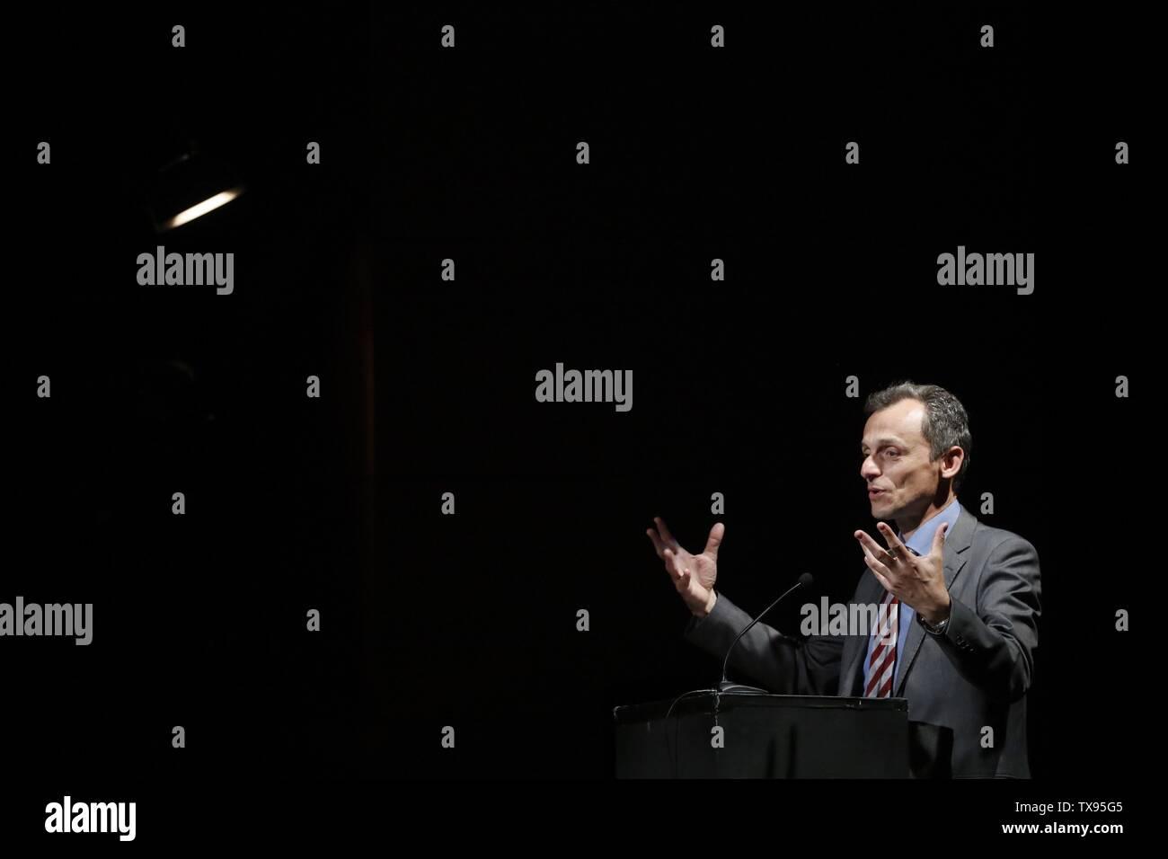 Madrid, España. 24 de junio de 2019. La ministra española de Ciencia, Innovación y universidades, Pedro Duque, asiste a un acto celebrado en Madrid, España, 24 de junio de 2019. Duque y el astronauta francés Thomas Pesquet habló sobre el presente y el futuro de la exploración espacial en Europa. Crédito: Javier Lizon/EFE/Alamy Live News Imagen De Stock