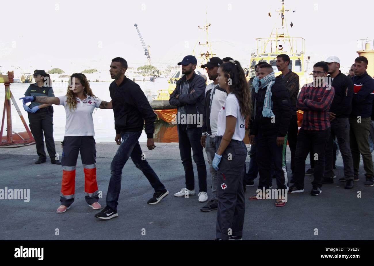 Algunos de los 18 inmigrantes magrebíes rescatados por Salvamento Marítimo Español llegan al puerto de Motril, en Granada, Andalucía, España, 24 de junio de 2019. Un total de 18 inmigrantes fueron rescatados cuando ha viajado a bordo de un pequeño bote. EFE/ Alba Feixas Imagen De Stock