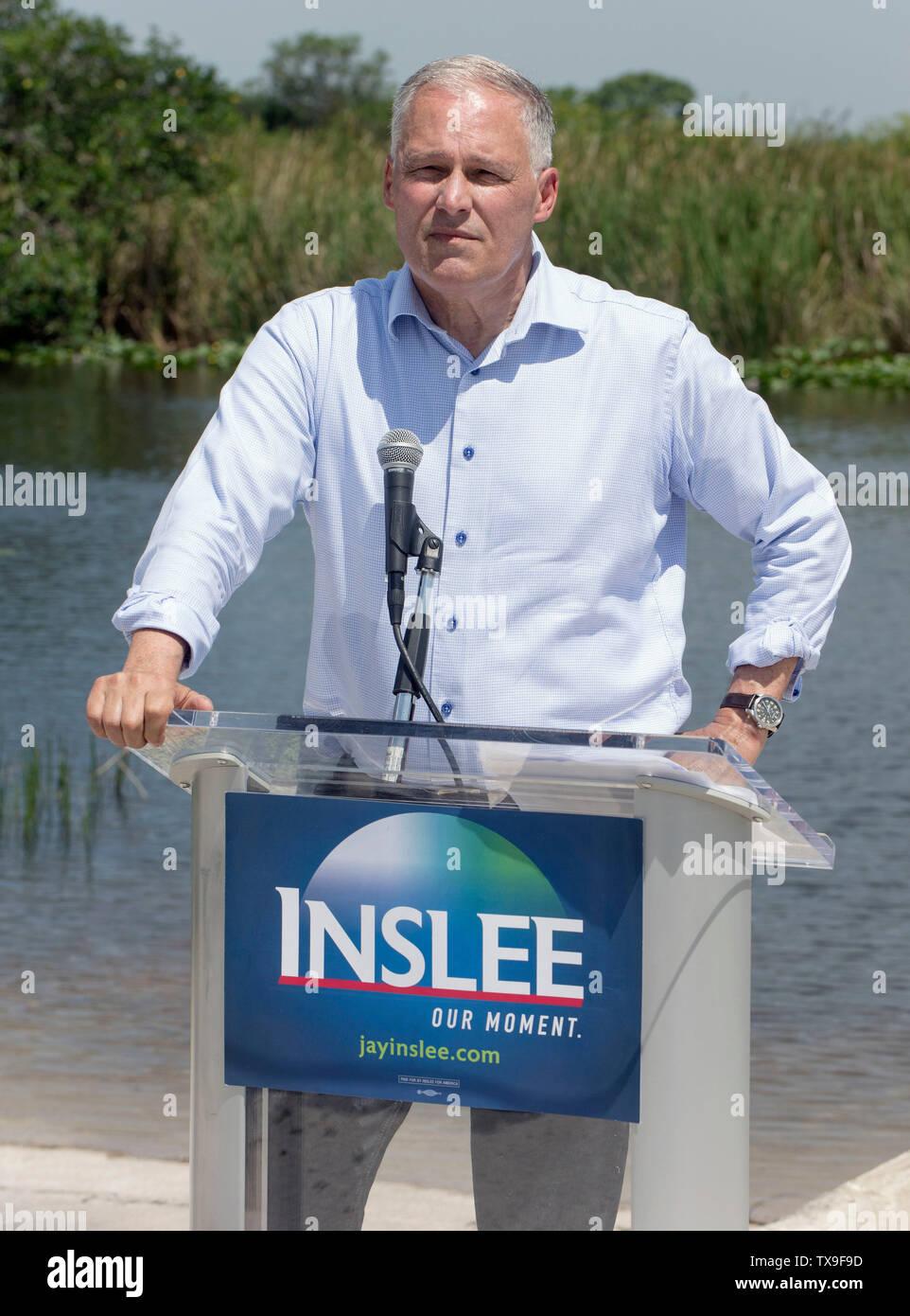 Ft. Lauderdale, Florida, USA. 24 de junio de 2019. Washington gobernador y aspirante a la presidencia, JAY INSLEE anuncia su ''libertad de combustibles fósiles'' plan en los Everglades Holiday Park. El plan Inslee restringiría perforaciones futuras en y cerca de las tierras públicas críticas como los Everglades y en hacerlo permitiría proteger el agua potable que proporcionan los Everglades a casi 6 millones de floridanos. Hace varios meses la Florida 1er distrito del Tribunal de Apelaciones falló en favor del proyecto de exploración petrolera en los humedales. Crédito: Brian Cahn/Zuma alambre/Alamy Live News Imagen De Stock