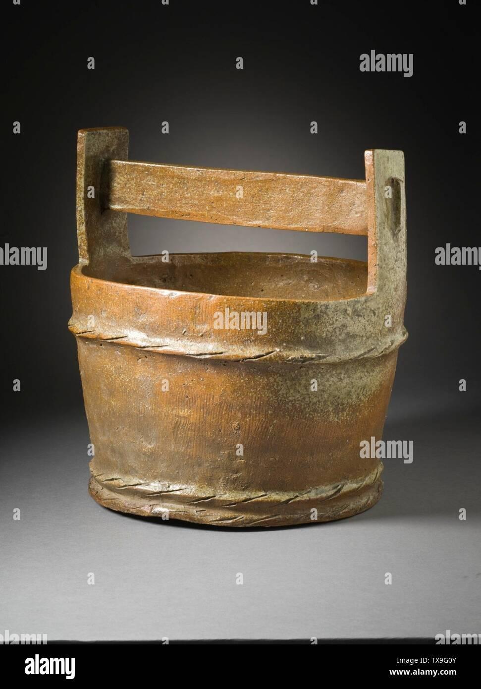 """'Mizusashi (recipiente de agua para la ceremonia del té) en forma de un cubo de madera (Imagen 4 de 7); en inglés: Japón, el período Momoyama, mobiliario 1573-1615; Serviceware Tamba ware; gres con barniz de ceniza natural a-b) de la tapa de dos piezas: 9 1/2 x 4 1/2 x 3/8 in. (24,13 x 11,43 x 0,95 cm) cada uno; c) contenedor: 10 3/4 x 10 1/4"""" x 9 1/4"""". (32,95 x 26.04 x 24.45 cm) de Regalo de David y Margaret Barry M.2009.16(a-c) arte japonés actualmente en vista pública: Pabellón de arte Japonés, piso 3; entre 1573 y 1615 fecha QS:P571,+1500-00-00T00:00:00Z/6,P1319,+1573-00-00T00:00:00Z/9,P1326,+1615-00-00T00:00:00Z/9; ' Imagen De Stock"""