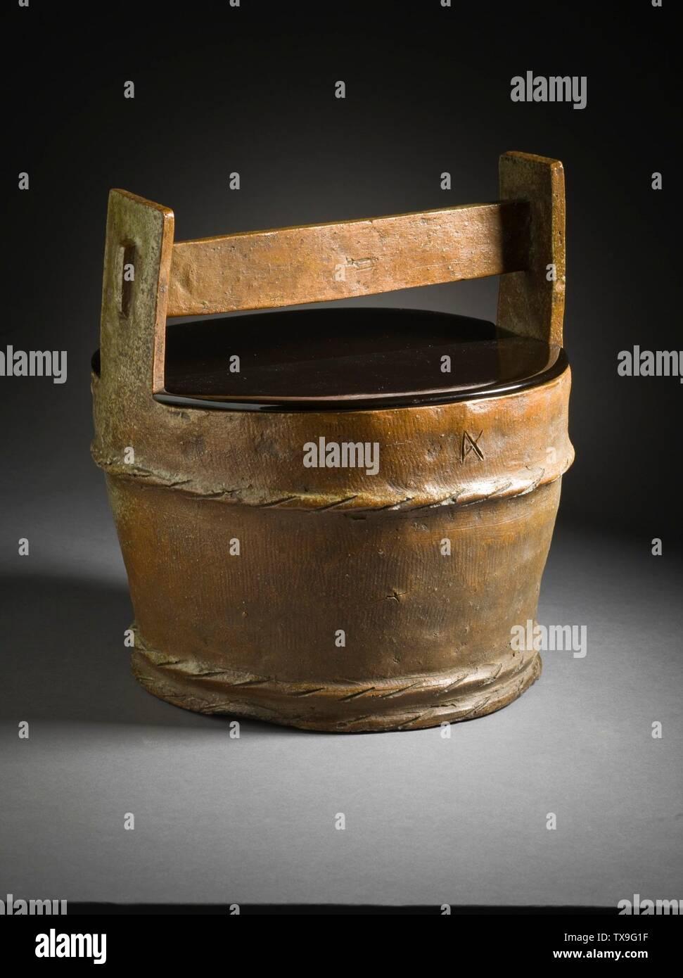 """'Mizusashi (recipiente de agua para la ceremonia del té) en forma de un cubo de madera (Imagen 6 de 7); en inglés: Japón, el período Momoyama, mobiliario 1573-1615; Serviceware Tamba ware; gres con barniz de ceniza natural a-b) de la tapa de dos piezas: 9 1/2 x 4 1/2 x 3/8 in. (24,13 x 11,43 x 0,95 cm) cada uno; c) contenedor: 10 3/4 x 10 1/4"""" x 9 1/4"""". (32,95 x 26.04 x 24.45 cm) de Regalo de David y Margaret Barry M.2009.16(a-c) arte japonés actualmente en vista pública: Pabellón de arte Japonés, piso 3; entre 1573 y 1615 fecha QS:P571,+1500-00-00T00:00:00Z/6,P1319,+1573-00-00T00:00:00Z/9,P1326,+1615-00-00T00:00:00Z/9; ' Imagen De Stock"""