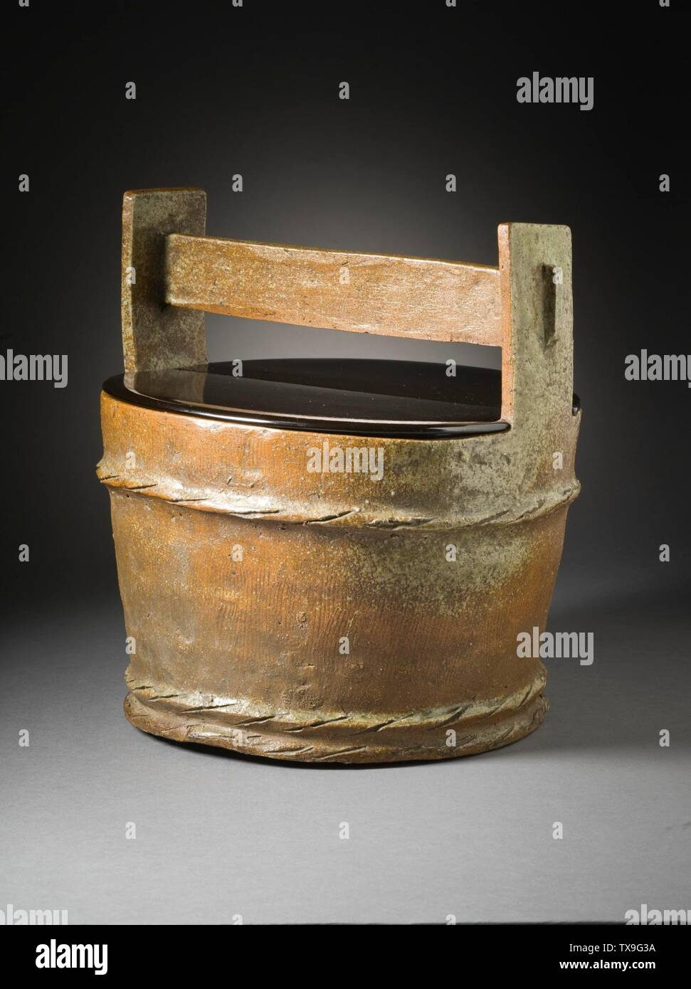 """'Mizusashi (recipiente de agua para la ceremonia del té) en forma de un cubo de madera (Imagen 2 de 7); en inglés: Japón, el período Momoyama, mobiliario 1573-1615; Serviceware Tamba ware; gres con barniz de ceniza natural a-b) de la tapa de dos piezas: 9 1/2 x 4 1/2 x 3/8 in. (24,13 x 11,43 x 0,95 cm) cada uno; c) contenedor: 10 3/4 x 10 1/4"""" x 9 1/4"""". (32,95 x 26.04 x 24.45 cm) de Regalo de David y Margaret Barry M.2009.16(a-c) arte japonés actualmente en vista pública: Pabellón de arte Japonés, piso 3; entre 1573 y 1615 fecha QS:P571,+1500-00-00T00:00:00Z/6,P1319,+1573-00-00T00:00:00Z/9,P1326,+1615-00-00T00:00:00Z/9; ' Imagen De Stock"""