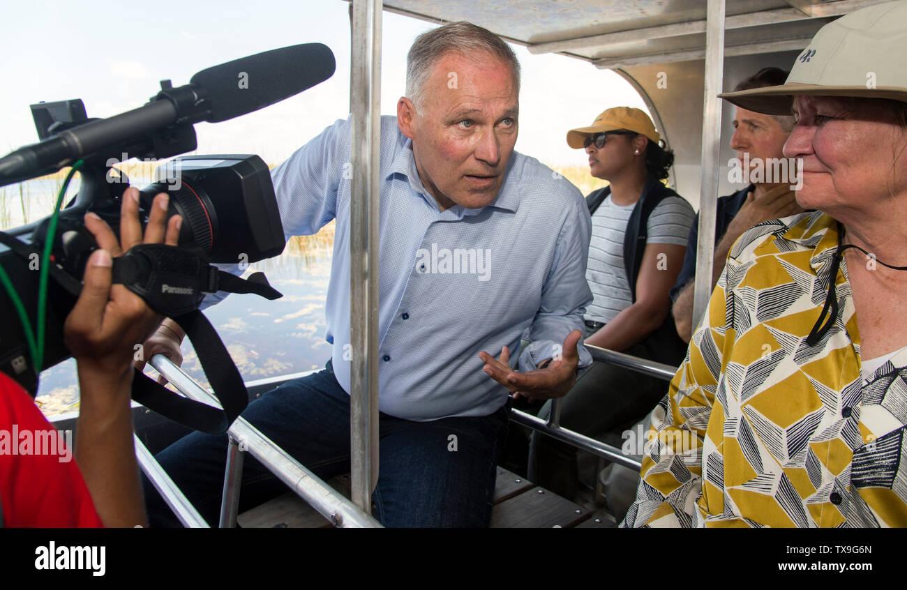 Ft. Lauderdale, Florida, USA. 24 de junio de 2019. Tras anunciar su ''libertad de combustibles fósiles'' plan y acompañados por activistas y miembros de la prensa, Washington gobernador y aspirante a la presidencia, JAY INSLEE toma un paseo en lancha a través de los Everglades en Everglades Holiday Park. El plan Inslee restringiría perforaciones futuras en y cerca de las tierras públicas críticas como los Everglades y en hacerlo permitiría proteger el agua potable que proporcionan los Everglades a casi 6 millones de floridanos. Hace varios meses la Florida 1er distrito del Tribunal de Apelaciones falló a favor de la propuesta Imagen De Stock