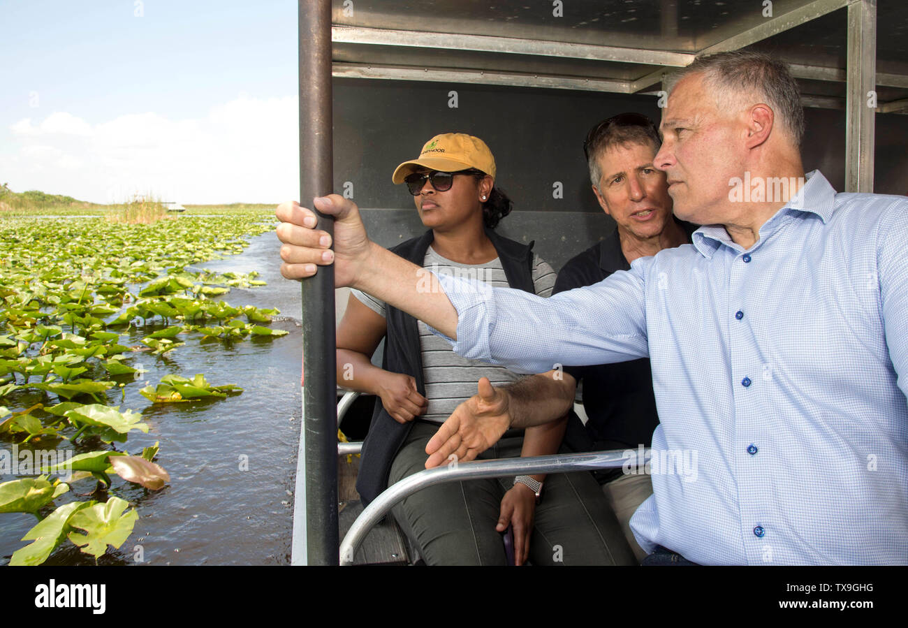 Ft. Lauderdale, Florida, USA. 24 de junio de 2019. Tras anunciar su ''libertad de combustibles fósiles'' plan y acompañada por activistas ambientales incluyendo Matthew Schwartz (en negro) y miembros de la prensa, Washington gobernador y aspirante a la presidencia, JAY INSLEE toma un paseo en lancha a través de los Everglades en Everglades Holiday Park. El plan Inslee restringiría perforaciones futuras en y cerca de las tierras públicas críticas como los Everglades y en hacerlo permitiría proteger el agua potable que proporcionan los Everglades a casi 6 millones de floridanos. Hace varios meses la Primera Corte Distrital de la Florida Imagen De Stock