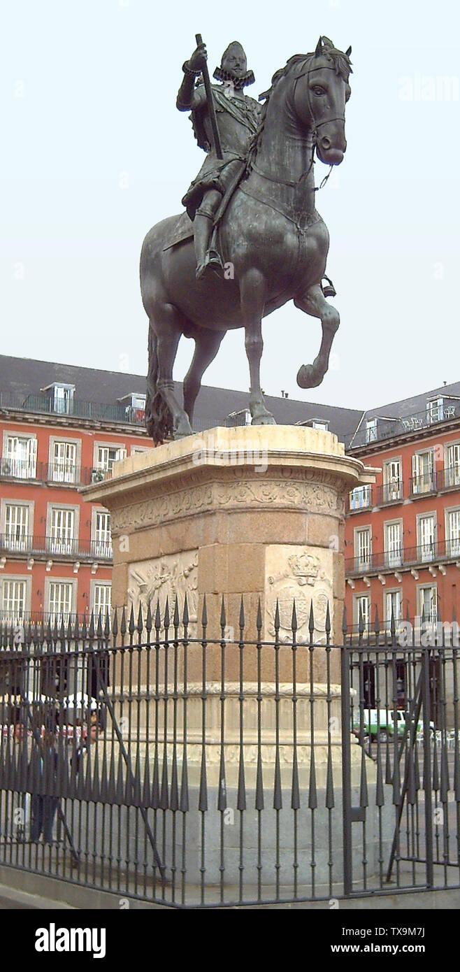 """""""Inglés: Monumento a Felipe III de España (1578-1621) en la Plaza Mayor de Madrid (plaza). Inaugurado en 1848. Estatua ecuestre de bronce fue iniciado por Giambologna (1529-1608) y acabada en 1616 por Pietro Tacca (1577-1640). Español: Monumento a Felipe III de España (1578-1621) en la Plaza Mayor de Madrid. Inaugurado en 1848. La estatua ecuestre de bronce fue comenzada por Juan de Bolonia (1529-1608) y acabada en 1616 por Pietro Tacca (1577-1640); el 17 de abril de 2006; el propio trabajo; Luis García (Zaqarbal); ' Imagen De Stock"""