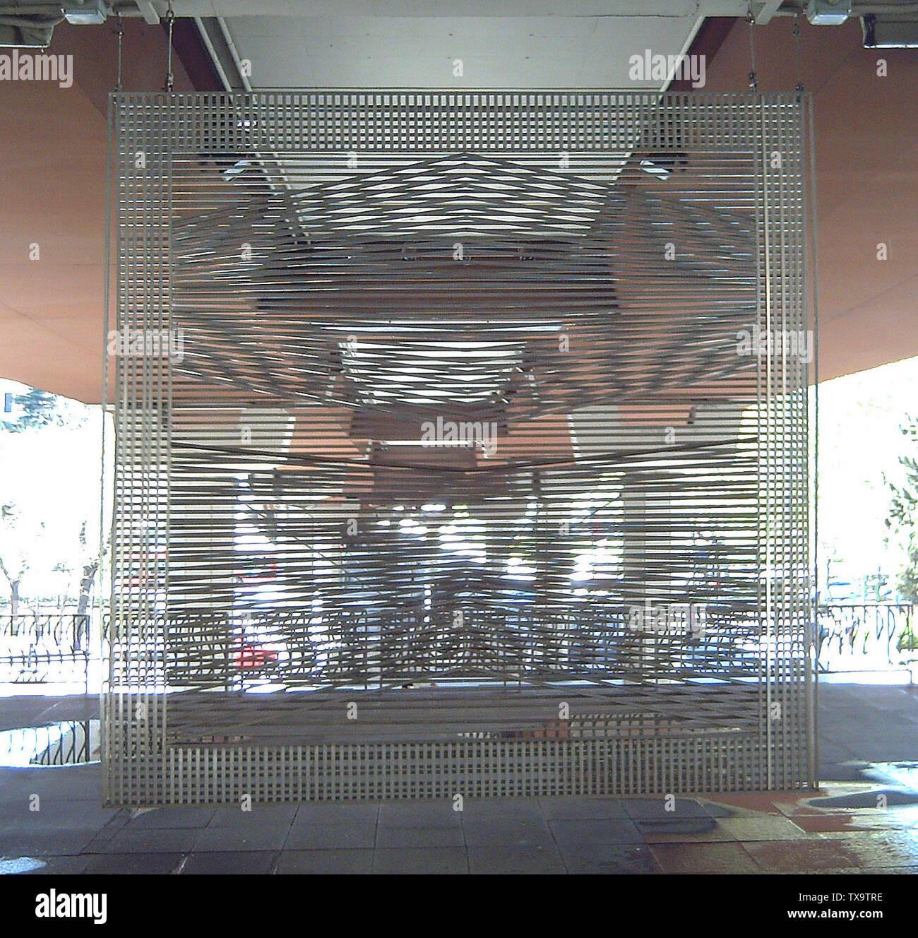 """""""Inglés: Móvil (Mobile, 1972). El efecto de Moiré móvil por Eusebio Sempere (1923-1985). 300 x 300 x 20 cm. Acero inoxidable. Es en la Open-Air Museo de Escultura en el Paseo de la Castellana 41 (avenida) en Madrid (España). Español: Móvil (1972). Móvil de efecto muaré de Eusebio Sempere (1923-1985). 300 x 300 x 20 cm. Acero inoxidable. Está en el Museo de Escultura al Aire Libre del nº 41 del Paseo de la Castellana de Madrid (España), 15 de abril de 2006; el propio trabajo; Luis García (Zaqarbal); ' Imagen De Stock"""