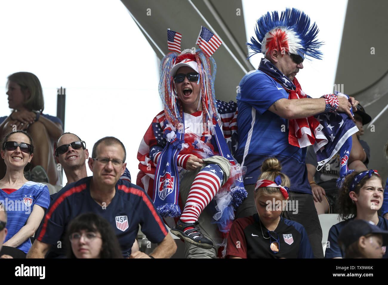 Junio 24, 2019 - partidarios EEUU, Francia durante la Copa Mundial Femenina 2019 octavos de final del partido de fútbol entre España y EE.UU., el 24 de junio de 2019, en el estadio Auguste-Delaune en Reims, en el norte de Francia. (Crédito de la Imagen: © Elyxandro CegarraZUMA Wire) Imagen De Stock