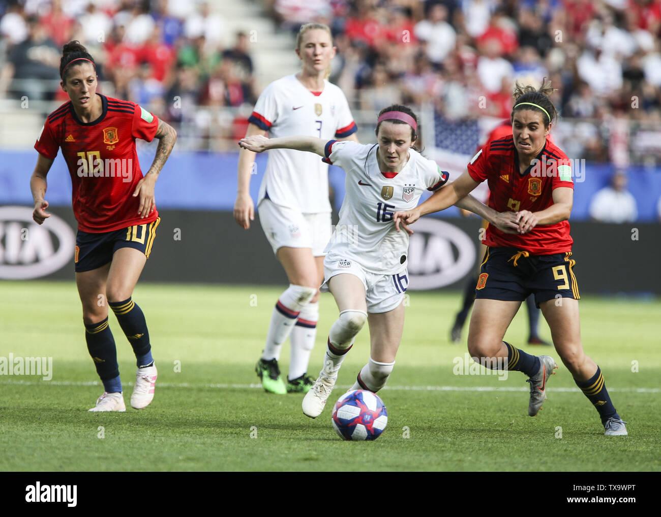 Junio 24, 2019 - Rose Lavelle 16 y Mariona Caldentey 9; durante la Francia 2019 Copa del Mundo de Fútbol Femenino de octavos de final del partido de fútbol entre España y EE.UU., el 24 de junio de 2019, en el estadio Auguste-Delaune en Reims, en el norte de Francia. (Crédito de la Imagen: © Elyxandro CegarraZUMA Wire) Imagen De Stock
