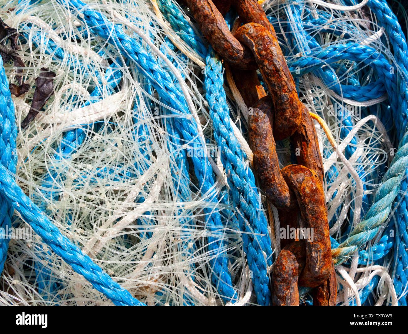 Las redes de pesca y la cadena de anclaje oxidada Foto de stock