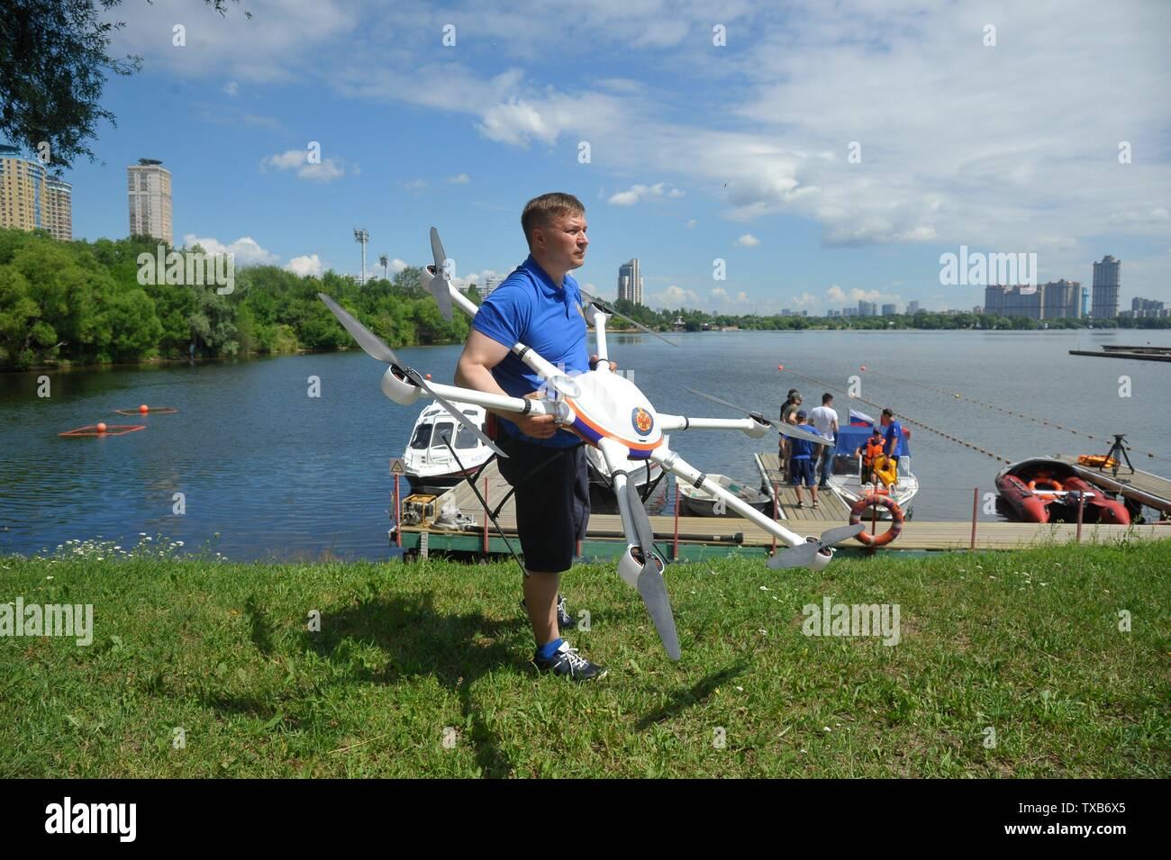 Rusia, Moscú. Cabeza de Serebryany Bor Estación de búsqueda y rescate Yaroslav Chernogorov con un vehículo aéreo no tripulado de la ciudad de Moscú del servicio de búsqueda y salvamento. Imagen De Stock