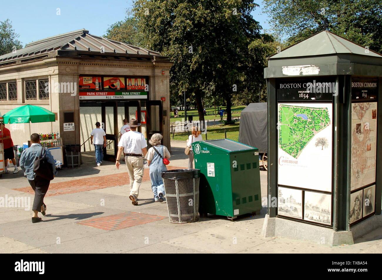 """""""Inglés: Una entrada a la MBTA's Park Street Station en Boston, Massachusetts; 28 de agosto de 2008; el propio trabajo; Streetsim en Wikipedia en inglés. Se ha cargado una imagen diferente anteriormente por Acela2038 en la Wikipedia en inglés.'; Imagen De Stock"""