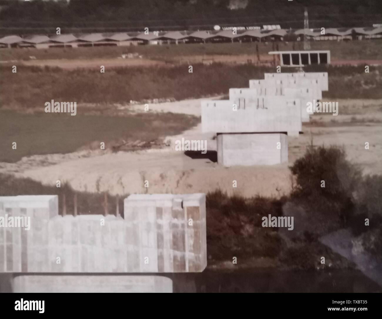 """""""Inglés: Piers del agua puente sobre el Tíber, durante la construcción del italiano: Pila del Ponte Canale sul Tevere, in fase di costruzione; 7 de marzo de 1976; Macchina fotografica dell'autore; Claudiotam; ' Imagen De Stock"""