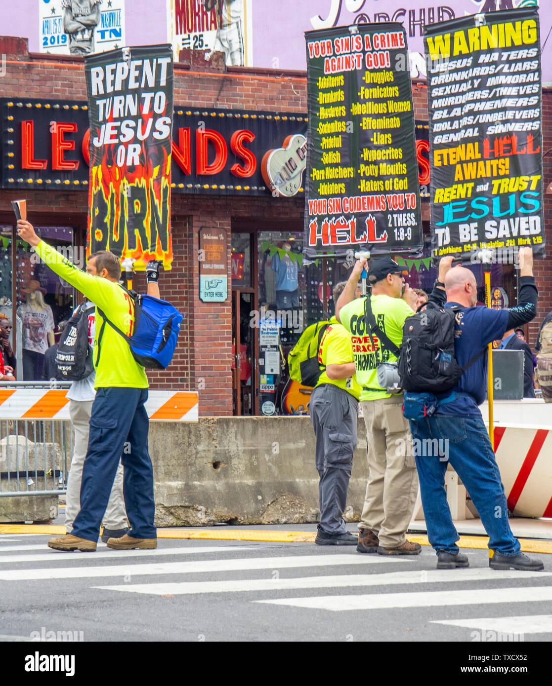 Los Cristianos Fundamentalistas protestando en Broadway en el NFL Draft 2019 de Nashville, Tennessee, EE.UU.. Imagen De Stock