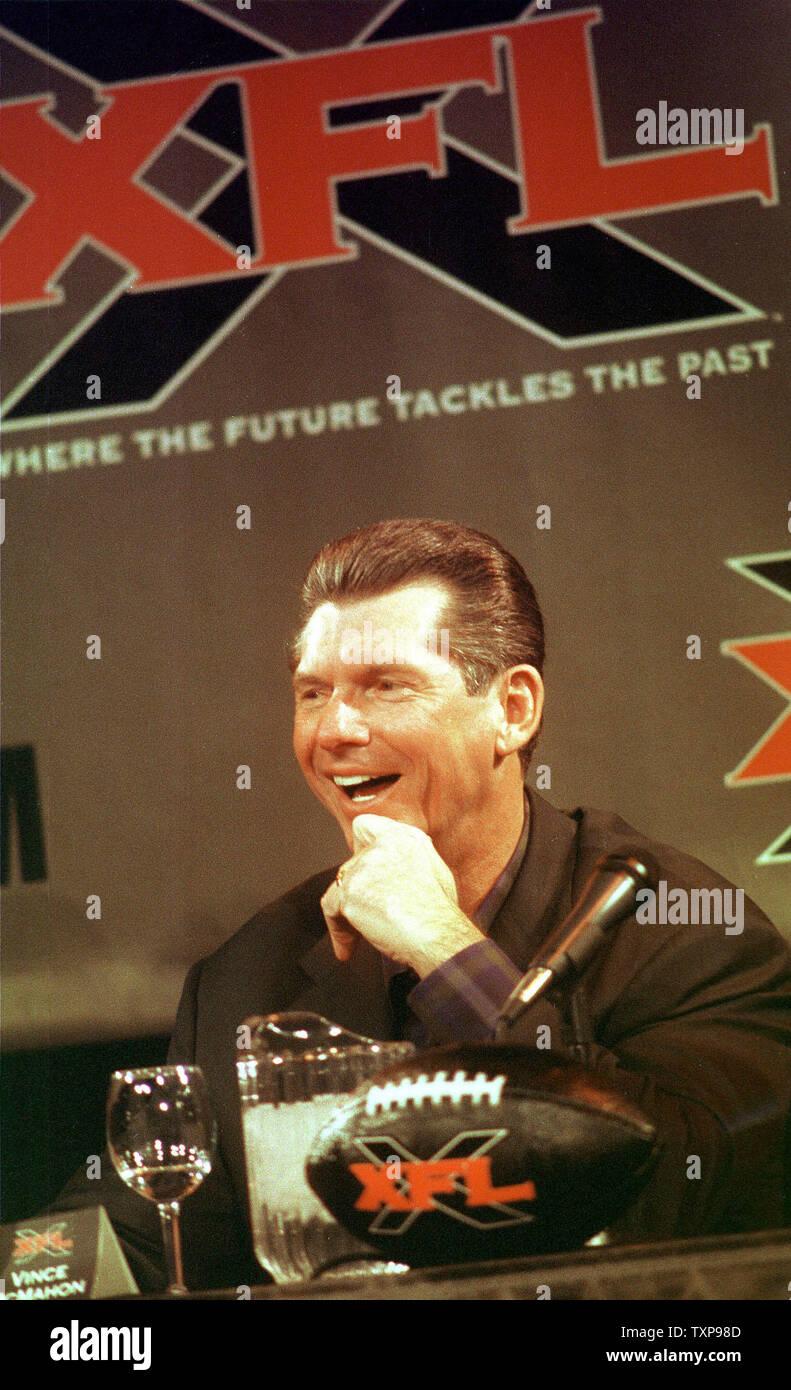NYP2000020307 - 03 de febrero de 2000 - Nueva York, Nueva York, EE.UU.: Vince McMahon, Presidente de la World Wrestling Federation anuncia, el 3 de febrero, la formación de la XFL, una nueva liga de fútbol programada para comenzar en febrero de 2001. rg/EP/Ezio Petersen UPI Foto de stock