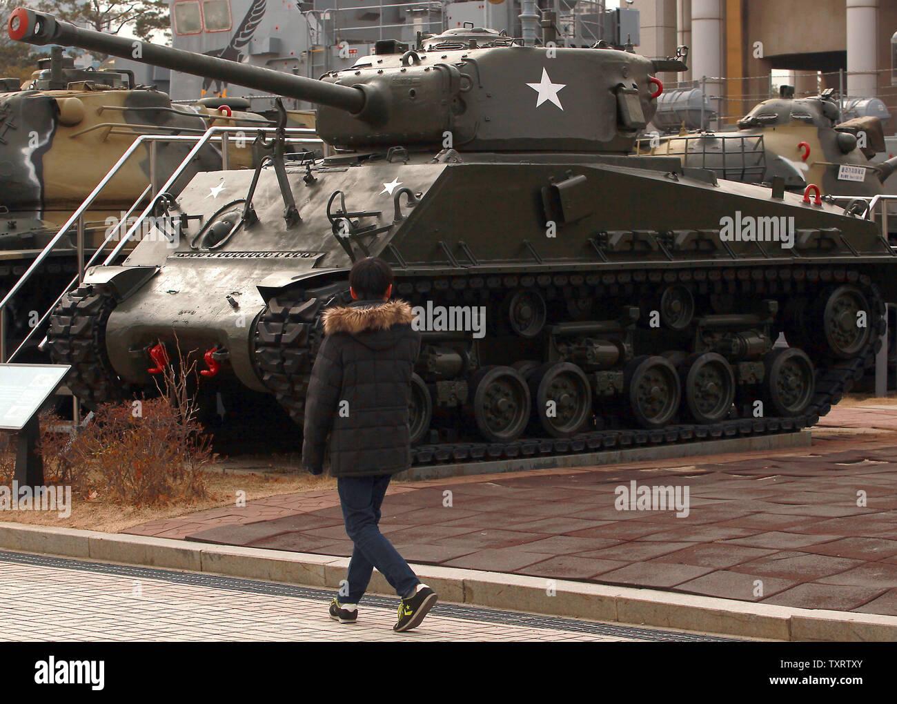 """Una de Corea del Sur camina por un tanque Sherman en exhibición en el Monumento a los caídos en la guerra de Corea en Seúl el 28 de enero de 2013. Corea del Norte dijo la semana pasada que planea llevar a cabo un nuevo ensayo nuclear y más lanzamientos de cohetes de largo alcance, que se dice son parte de una nueva fase de enfrentamiento con los Estados Unidos. Corea del Norte también advirtió de la posibilidad de """"fuertes medidas contra-física"""" contra Corea del Sur si admite el endurecimiento de las sanciones de la ONU. UPI/Stephen afeitadora Foto de stock"""