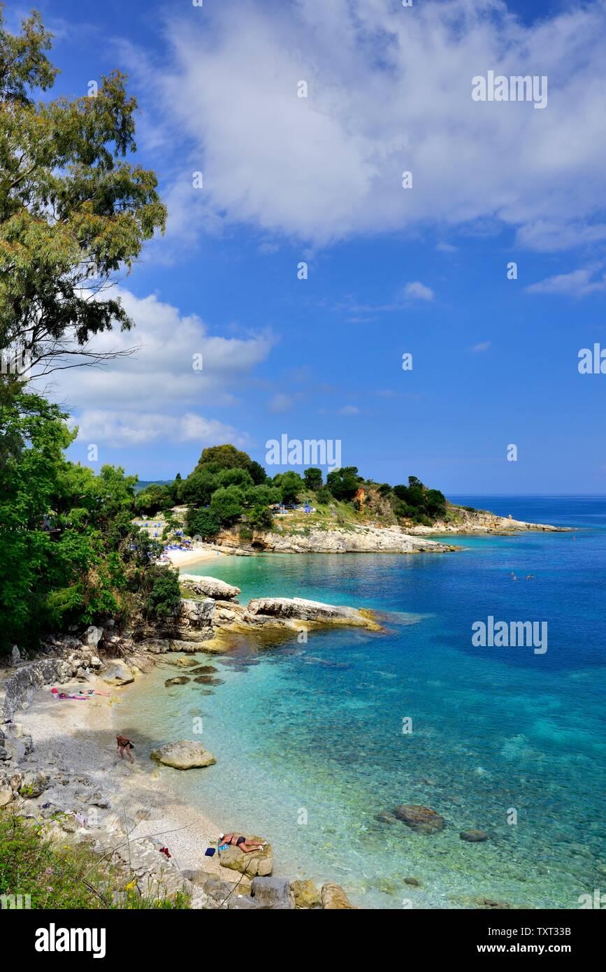 Pintoresca playa Bataria,Kassiopi,Kassopaia,Las Islas Jónicas, Corfú, Grecia Foto de stock