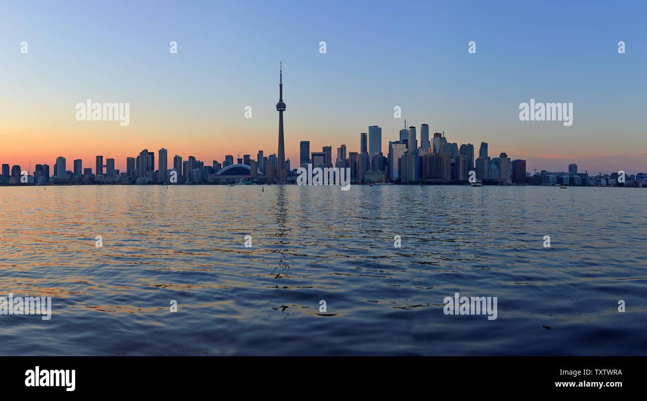 El horizonte de Toronto con la icónica Torre CN, Ontario, Canadá Foto de stock