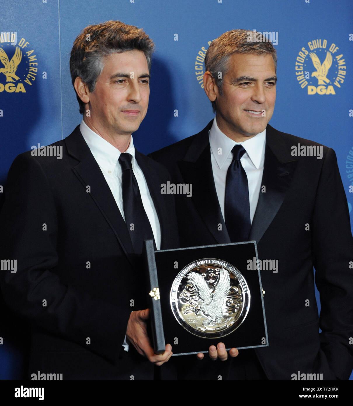 'Los descendientes' miembro del reparto George Clooney (R) aparece backstage con el director Alexander Payne, en la 64ª anual de Directors Guild of America Awards en Los Angeles el 28 de enero de 2012. UPI/Jim Ruymen Imagen De Stock