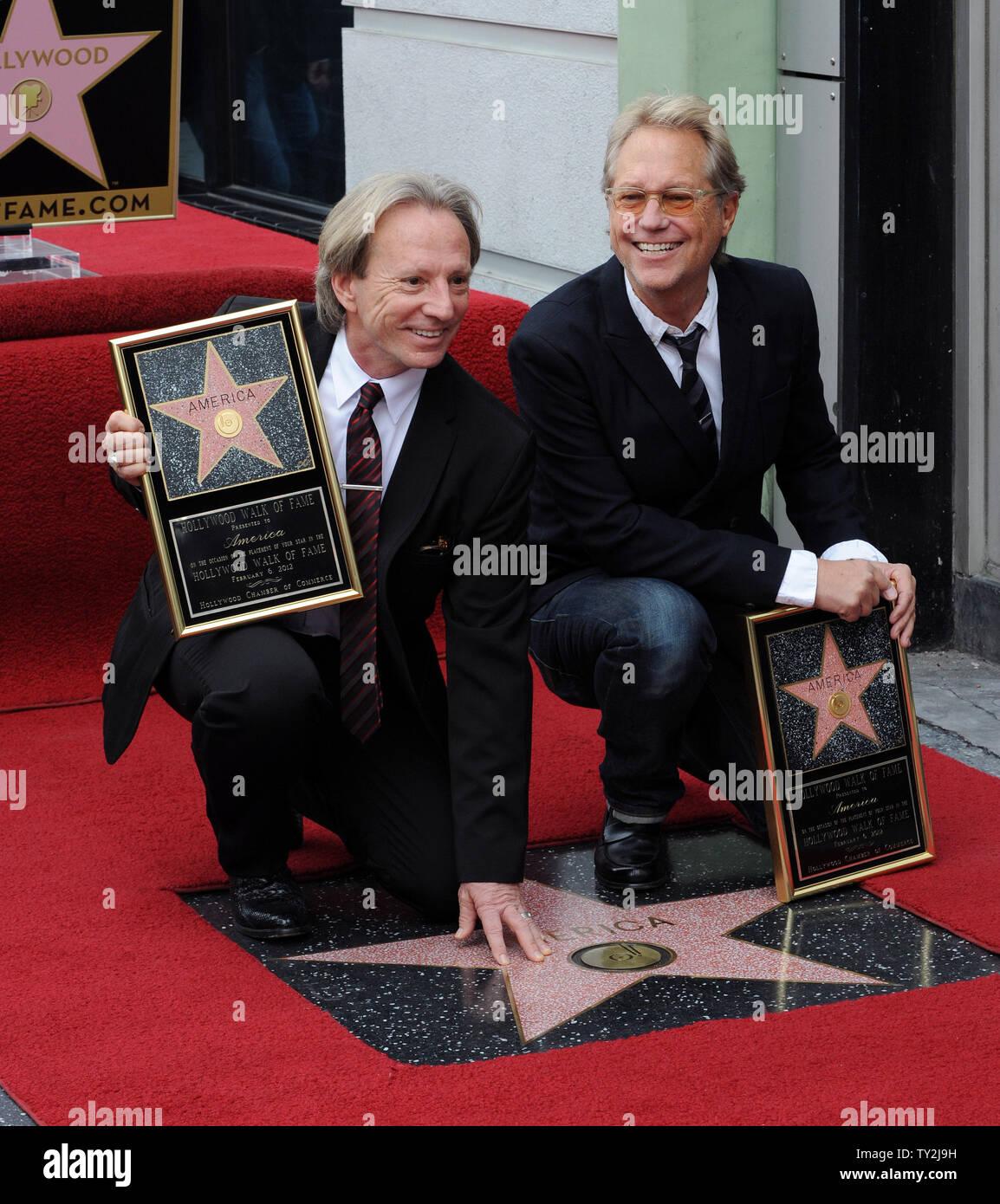 """Grupo de rock clásico y ganador de un premio Grammy, """"el dúo América, sujetar placas de réplica después de que fueron honrados con el 2,459th estrella en el Paseo de la Fama de Hollywood durante una ceremonia en Los Angeles el 6 de febrero de 2012. UPI/Jim Ruymen Imagen De Stock"""