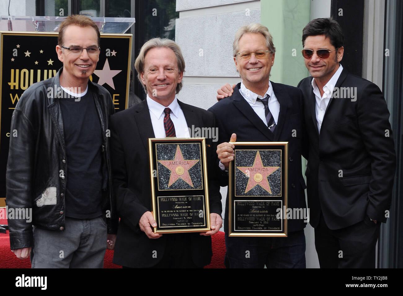 """Dewey Bunnell (2nd-L) y Gerry Beckley (3RD-L), y los miembros del grupo de rock clásico y ganador de un premio Grammy, """"el dúo América, sujetar placas de réplica ya que plantean con los actores Billy Bob Thorton (L) y John Stamos (R), durante una ceremonia en honor a ellos con el 2,459th estrella en el Paseo de la Fama de Hollywood en Los Angeles el 6 de febrero de 2012. UPI/Jim Ruymen Imagen De Stock"""