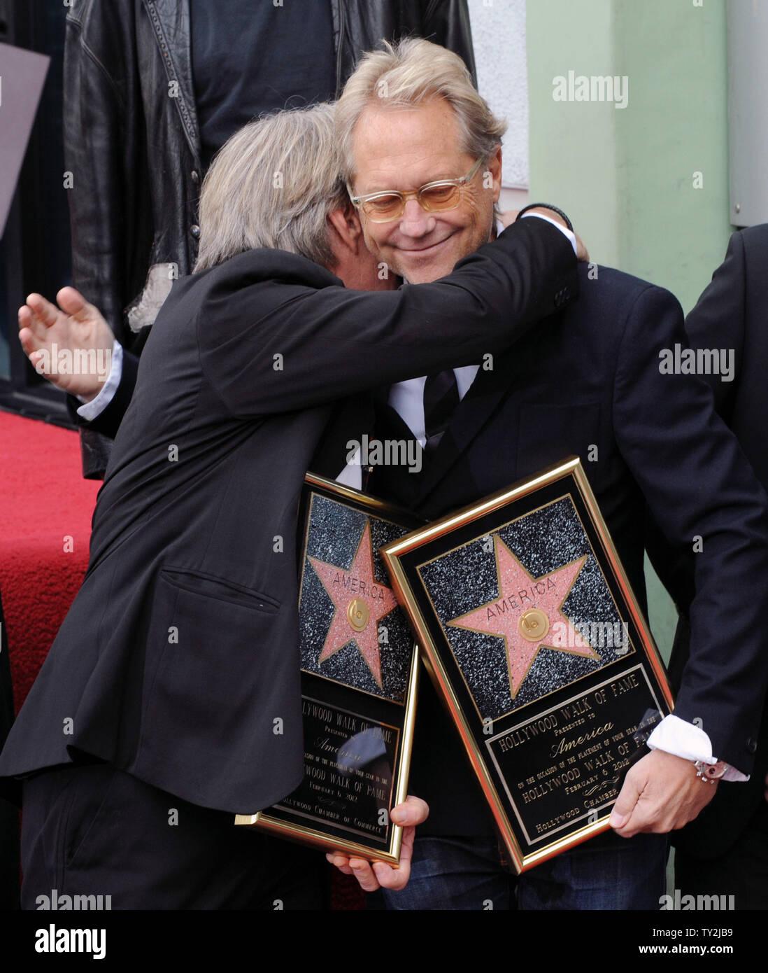 """Dewey Bunnell (L) y Gerry Beckley, miembros del grupo de rock clásico y ganador de un premio Grammy, """"el dúo América, saborear el momento después de que fueron honrados con el 2,459th estrella en el Paseo de la Fama de Hollywood durante una ceremonia en Los Angeles el 6 de febrero de 2012. UPI/Jim Ruymen Imagen De Stock"""